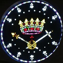 Eglise Saint-Louis - Français:   église Saint-Louis à Marseille. Vitrail en pavés de verre représentant un symbole de la royauté avec couronne, épée, globe surmonté d\'une croix