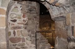 Eglise  et tour attenante - Français:   Crypte du musée archéologique de Saint-Raphaël
