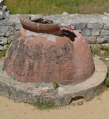 Terrains de fouilles gallo-romaines de la colline du Puymin (ensemble) - Français:   Dolium du Site de Puymin de Vaison La Romaine - Maison à la Tonnelle