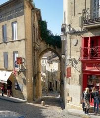 Porte, dite de la Cadène, et maison à pans de bois attenante - English:   Saint-Émilion, France: view of the Porte de la Cadène from the outside.