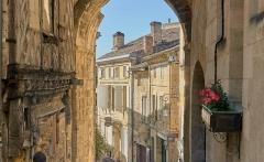 Porte, dite de la Cadène, et maison à pans de bois attenante - English:   Saint-Émilion, France: view through the Porte de la Cadène onto some old houses.