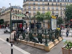 Métropolitain, station Parmentier - Français:   Entrée de la station de métro Parmentier, avenue Parmentier, Paris.