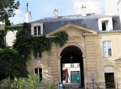 Ancienne caserne des Mousquetaires Noirs, dans l'actuel Hôpital des Quinze-Vingts (Centre d'ophtalmologie) - Français:   portail de la caserne des mousquetaires noirs vu de l\'intérieur de la cour