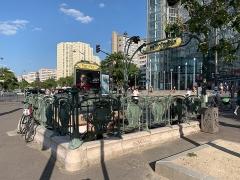 Métropolitain, station Place d'Italie - Français:   Entrée de la station de métro Place d\'Italie, place d\'Italie, Paris.