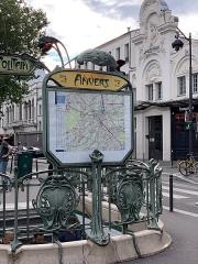 Métropolitain, station Anvers - Français:   Entrée de la station de métro Anvers, boulevard Marguerite de Rochechouart, Paris.