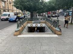 Métropolitain, station Place de Clichy - Français:   Entrée de la station de métro Place de Clichy, promenade Marcel Carné, Paris.