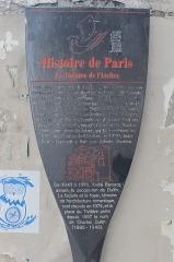 Théâtre Montmartre  , puis Théâtre de l'Atelier (ou Charles-Dullin) - Français:   Panneau Histoire de Paris: Pour avoir apporté à Louis XVIII un témoignage indiscutable de la mort du dauphin Louis XVII, Seveste se voit offrir en récompense la concession des théâtres situés au-delà des barrières de la capitale: il fait ainsi construite le Théâtre de Montmartre, ouvert en 1822. Le mélodrame romantique, l'opérette et l'opéra-bouffe y alternent tout au long du XIXe siècle, jusqu'à l'arrivée de Charles Dullin, rénovateur de talent, qui le transforme en 1922 en Théâtre de l'Atelier; en 1930, Jean-Louis Barrault y fait ses débuts d'acteur. De 1940 à 1973, André Barsacq assure la succession de Dullin. La façade et le foyer, témoins de l'architecture romantique, sont classés en 1974, et la place du Théâtre porte depuis 1957 le nom de Charles Dullin (1885-1949).