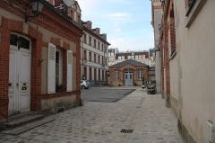 Eglise Saint-Louis - Français:   Cour de la Mission depuis la rue de la Paroisse, à Fontainebleau.