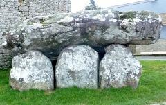 Dolmen de Crucuno - Français:   Plouharnel: le dolmen de Crucuno, vue extérieure.