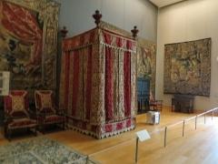 Château d'Effiat - Français:   Lit à baldaquin à la française (XVIIe s., vers 1640-1660[1]) dit «lit du maréchal d\'Effiat», provenant du château d\'Effiat (Puy-de-Dôme). Paris, Musée du Louvre, département des Objets d'art, dépôt du musée de Cluny, inv. Cl. 2550, noyer, sapin (sommier et chevet du lit), velours de soie ciselé, satin de soie, broderies d\'application, fils métalliques, passementerie, hauteur 295 cm, longueur 195 cm, largeur 165 cm[2].