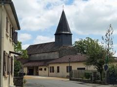 Eglise - Français:   l\'église derrière les maisons
