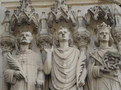 Basilique Notre-Dame-des-Enfants - Français:   Statues de Saint Laurent, Saint Symphorien et Saint Louis portail de la Basilique Notre-Dame-des-Enfants
