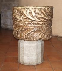 Eglise Sainte-Eulalie (ancienne cathédrale) - Deutsch:   Weihwasserbecken aus Marmor, 1.Jh.n.Chr.(?) in der Cathédrale Sainte-Eulalie-et-Sainte-Julie in Elne, Frankreich.
