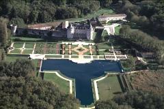 Château de la Rochecourbon - Français:   Vue aérienne prise de l\'ouest, avec le plan d\'eau, les jardins et la façade du château. (Charente-Maritime)