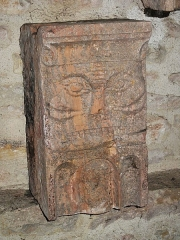 Ancienne abbaye Saint-Philibert - English:   Sculpture of human face preserved in the vestibule of the Saint-Philibert abbey in Tournus (Saône-et-Loire, France). It cames from the facade of the abbey.