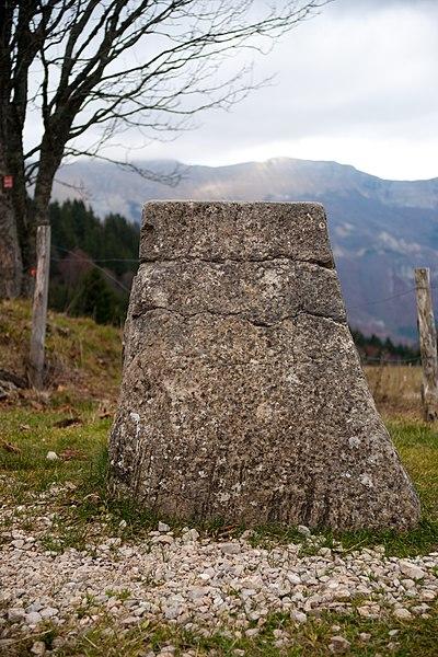 Photo du Monument Historique Borne frontière situé à Chézery-Forens
