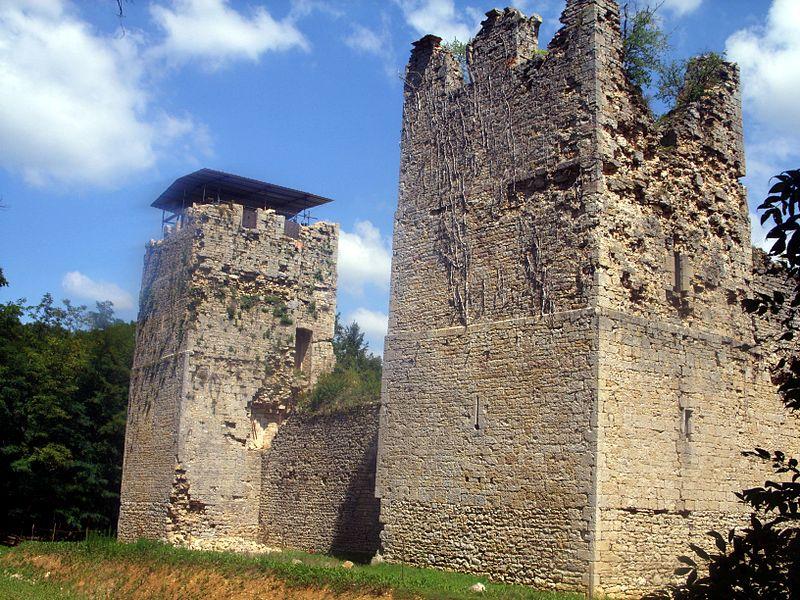 Photo du Monument Historique Château de Thol (restes) situé à Neuville-sur-Ain