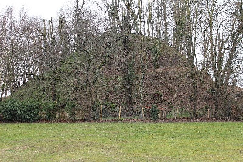 Photo du Monument Historique Motte féodale dite Poype de Villars situé à Villars-les-Dombes