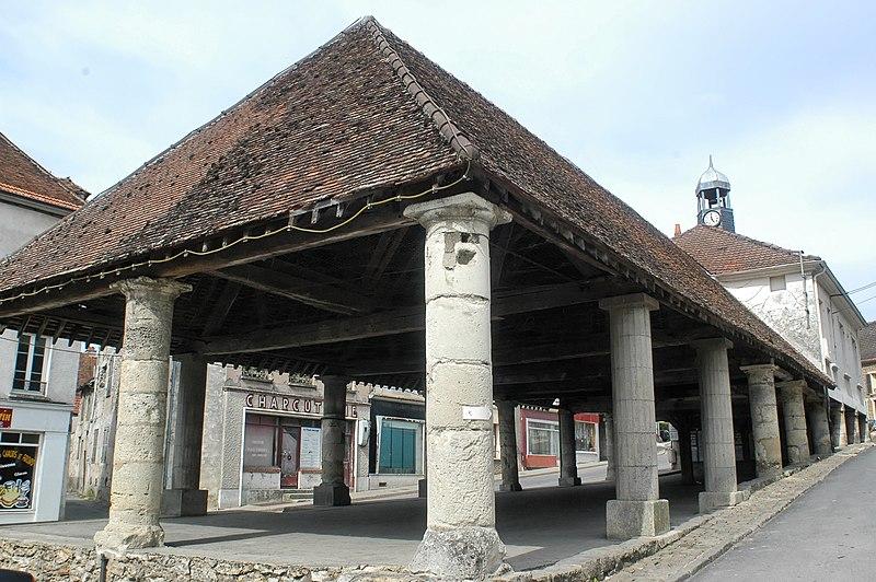 Photo du Monument Historique Halles et mairie situé à Condé-en-Brie