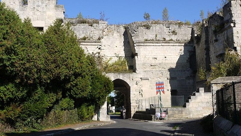 Photo du Monument Historique Porte de Laon et remparts situé à Coucy-le-Château-Auffrique