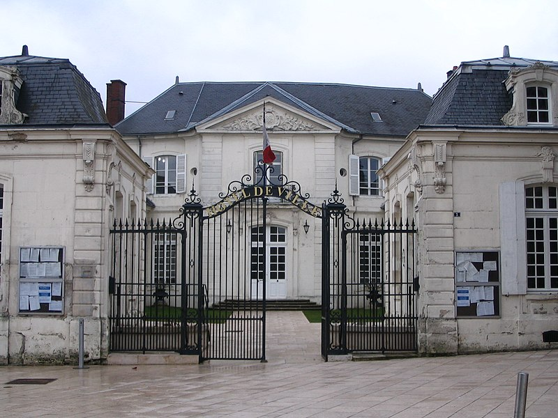 Photo du Monument Historique Ancien logis abbatial des Prémontrés, actuel Hôtel de Ville situé à Villers-Cotterêts