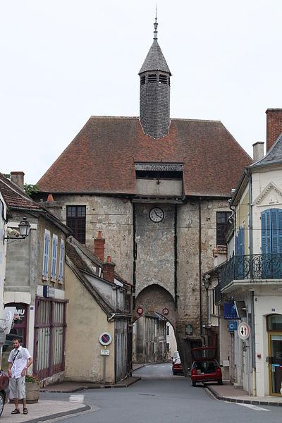 Photo du Monument Historique Fortifications d'agglomération d'Ainay-le-Château situé à Ainay-le-Château