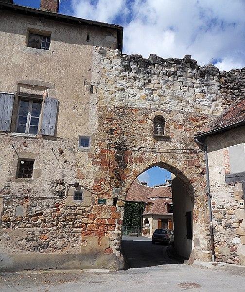 Photo du Monument Historique Porte de la Rivière et les restes des remparts y attenant situé à Hérisson