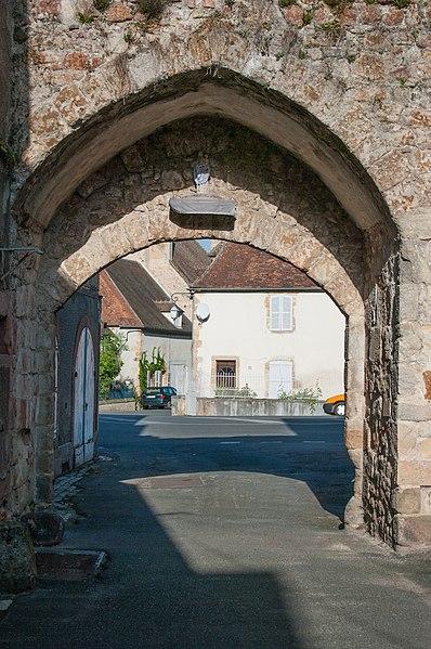Photo du Monument Historique Porte de Varenne et les restes des remparts y attenant situé à Hérisson