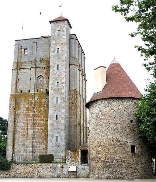 """Photo du Monument Historique Ancien château fort dit """"La Toque"""" situé à Huriel"""