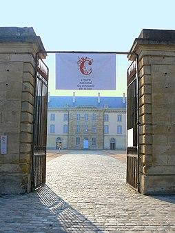 Photo du Monument Historique Caserne ou quartier Villars, actuellement centre national du costume de scène situé à Moulins