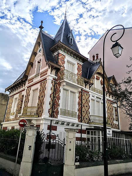 Photo du Monument Historique Maison Le Castel situé à Vichy