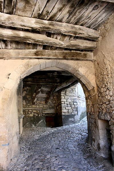 Photo du Monument Historique Portail féodal situé à Banon