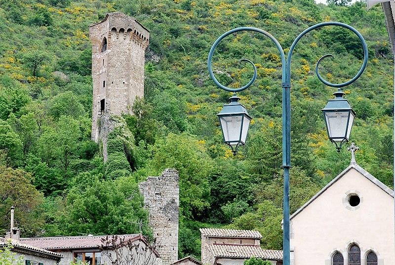 Photo du Monument Historique Tour pentagonale du 14s sur une hauteur dominant la ville situé à Castellane