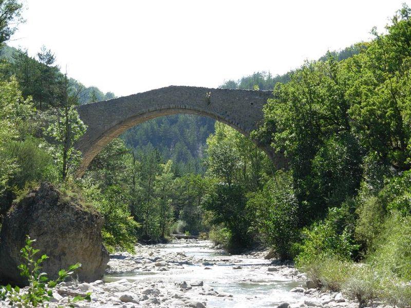 Photo du Monument Historique Pont de la Reine Jeanne situé à Entrepierres