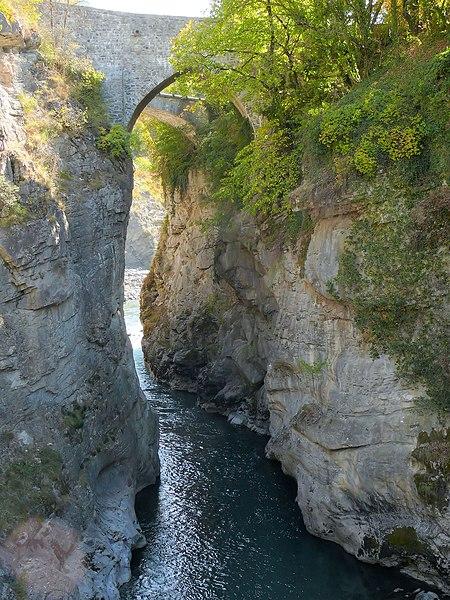 Photo du Monument Historique Pont ancien du Lauzet dit pont romain sur l'Ubaye situé à Le Lauzet-Ubaye