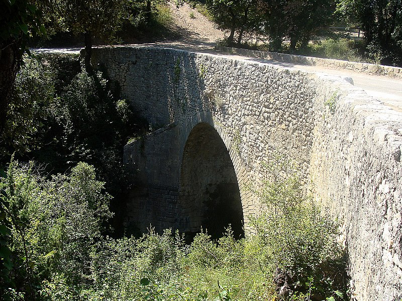 Photo du Monument Historique Pont ancien sur le ravin du Buès, dit Pont romain (également sur commune de Ganagobie) situé à Lurs
