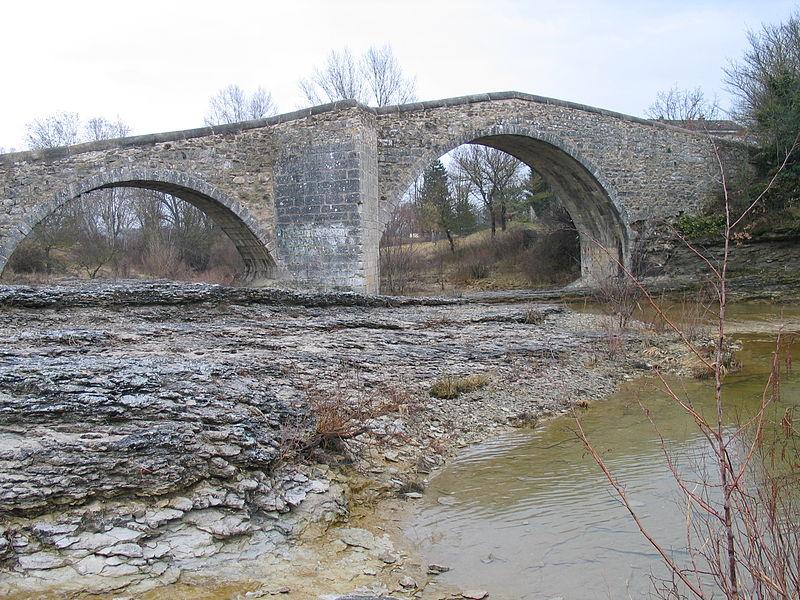 Photo du Monument Historique Pont des Trois Arches dit aussi Pont Romain franchissant La Laye (ruines) situé à Mane