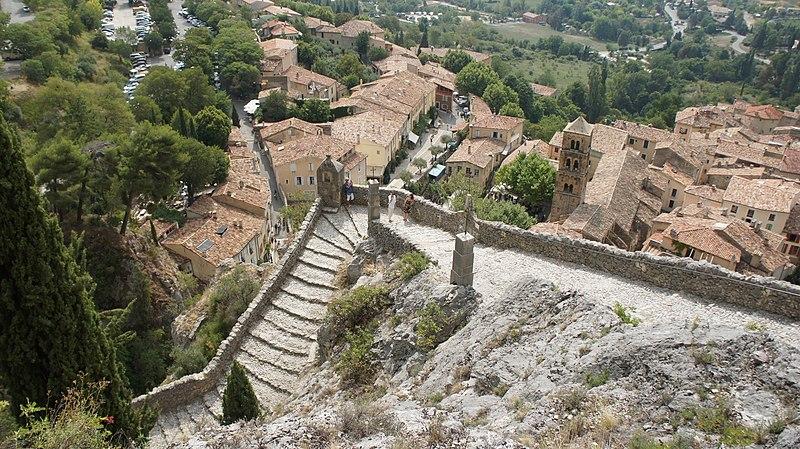 Photo du Monument Historique Cippe en pierre formant station de chemin de croix situé à Moustiers-Sainte-Marie