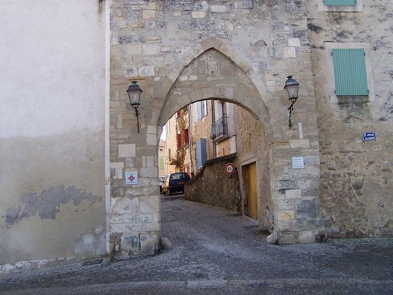Photo du Monument Historique Porte de l'enceinte situé à Pierrevert