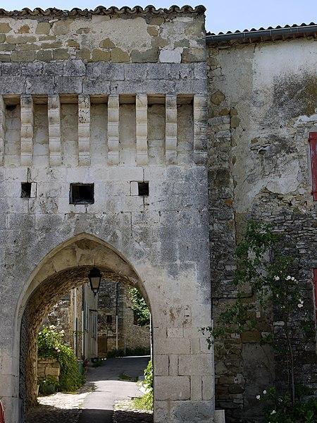 Photo du Monument Historique Rempart situé à Revest-des-Brousses