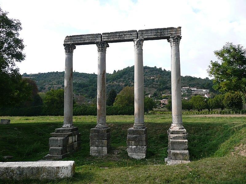 Photo du Monument Historique Quatre colonnes antiques surmontées d'un entablement situé à Riez