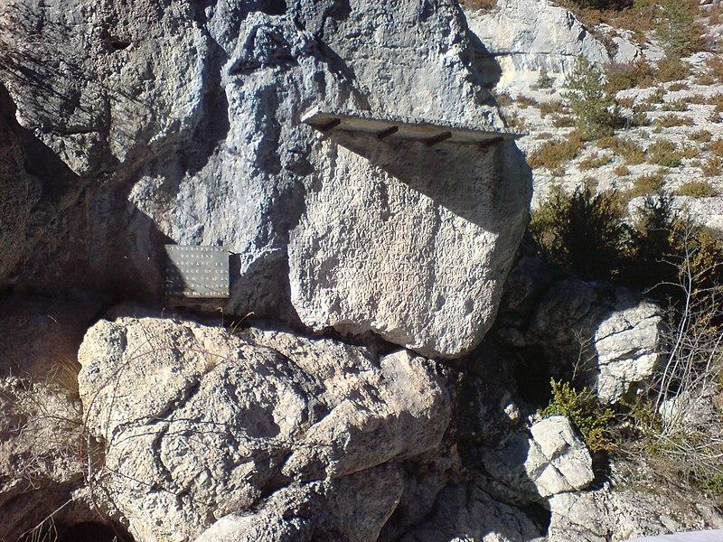 Photo du Monument Historique Roche ornée avec inscription gallo-romaine dite la Pierre Ecrite situé à Saint-Geniez