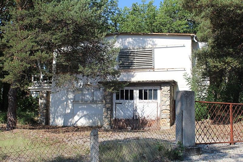 Photo du Monument Historique Maison en bois à portique appelée aussi chalet situé à Château-Arnoux-Saint-Auban