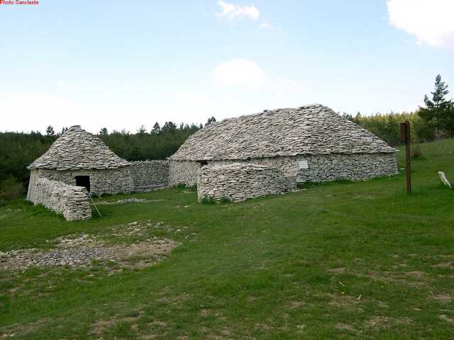 Photo du Monument Historique Ensemble dénommé le Jas des Terres de Roux situé à Redortiers