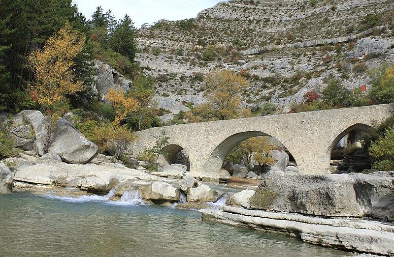 Photo du Monument Historique Pont médiéval sur la Meouge situé à Châteauneuf-de-Chabre