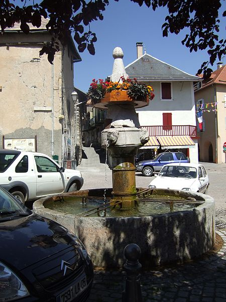 Photo du Monument Historique Fontaine sur la place situé à Chorges