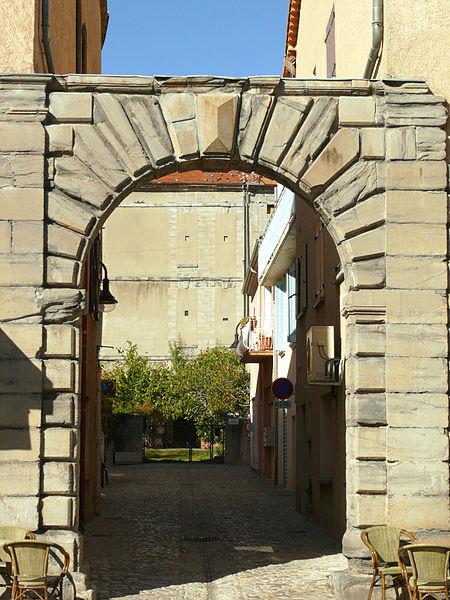 Photo du Monument Historique Ancien château de Laragne situé à Laragne-Montéglin