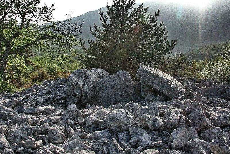 Photo du Monument Historique Dolmen des Claps situé à Escragnolles