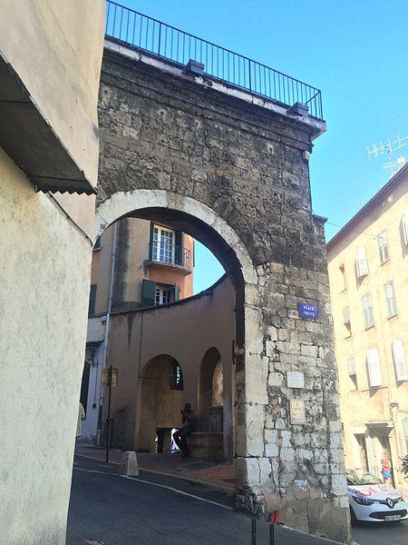 Photo du Monument Historique Porte Neuve situé à Grasse