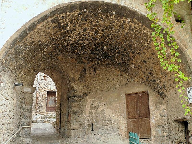 Photo du Monument Historique Passage voûté situé à Levens